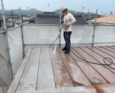 屋根:高圧洗浄作業